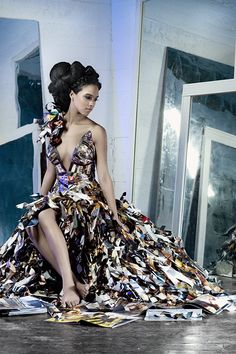 Papier Couture Vogue Dress. Made entirely of upcycled Vogue magazines. Amazing. More images in link.    jαɢlαdy