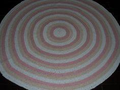 taTapete confeccionado à mão, tradicional técnica do crochê. <br>Sofisticação e aconchegante , valorizando ainda mais a decoração que você preparou para o quarto da sua bebe <br>.o material usado na produção é barbante de algodão, que facilita a lavagem constante da peça. Cores:rosa claro,branco. e cru <br>Pode ser encomendado em outras cores e tamanhos