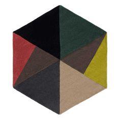 Wunderbar weich unter den Füßen ist unser Teppich Balleby aus reiner Wolle. Er wird mit seiner ungewöhnlichen sechseckigen Form ein Mittelpunkt für jedes Zimmer. Das skandinavisch inspirierte Dreiecksmuster in nordischer Geradlinigkeit strahlt angenehme Klarheit aus.