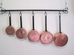 Online veilinghuis Catawiki: Set of 5 Red Copper pans with handles in cast iron and its bracket in black wrought iron