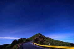 Noche entre las montañas en la carretera