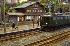 Imágenes de la catenaria de los ferrocarriles RhB en escala H0m, montada y terminada.