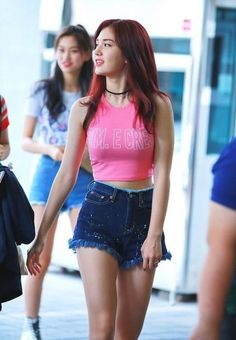 It is time for one of the most epic fashion clashes yet among the popular Red Velvet's Yeri, Cosmic Girls' stellar member Cheng Xiao, and newcomers IO… Jeon Somi, Korean Fashion Trends, Kpop Fashion, Korean Beauty, Asian Beauty, Cosmic Girls, Korean Actresses, Beautiful Asian Girls, K Pop