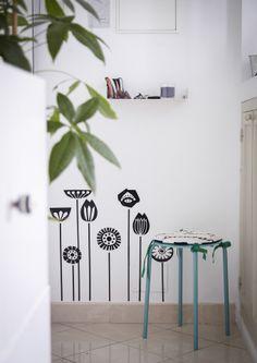 Recorra a autocolantes de parede florais para adicionar diversão sazonal a paredes simples