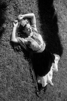 Leo Matiz-Frida Kahlo tomando el sol,1941.