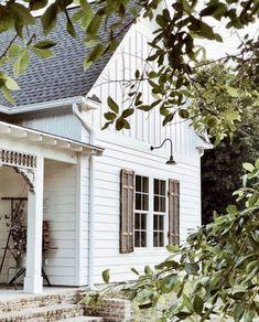 60 Stunning Modern Farmhouse Exterior Design Ideas - nearra news Modern Farmhouse Exterior, White Farmhouse, Modern Farmhouse Style, Farmhouse Homes, Farmhouse Ideas, Barn Lighting, Exterior Lighting, Lighting Ideas, Lighting Design