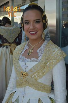 Marina fallera mayor 2019 Historical Clothing, Historical Dress, Spain Culture, European Dress, Material Design, Traditional Outfits, Fashion Show, Costumes, Wedding Dresses