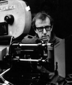 Woody Allen, nome artístico de Allan Stewart Königsberg, (Nova Iorque, 1º/12/1935) é um cineasta, roteirista, escritor, ator e músico norte-americano. O Dorminhoco(1973); Noivo Neurótico, Noiva Nervosa(1977); Manhattan(1979); Zelig(1983); A Rosa Púrpura do Cairo(1985); Hannah e Suas Irmãs(1986); A Era do Rádio(1987); Match Point - Ponto Final(2005); Vicky Cristina Barcelona(2008); Meia-Noite em Paris(2011); Para Roma com Amor(2012).