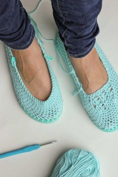 Cotton yarn and a flip flop sole make this free crochet slippers / house shoes pattern perfect for warmer weather. Click to get the full pattern. | MakeAndDoCrew.com