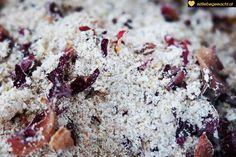 Hafer, Salz, Milchpulver und Blüten ergeben ein Bad für die Sinne Biotin, Banana Bread, Essential Oils, Desserts, Food, Wellness, Beauty, Powdered Milk, Oat Flour