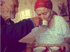 Amor y Alzheimer. Vieux Couples, Old Couples, Couples In Love, Married Couples, Growing Old Together, Never Grow Old, Everlasting Love, Old Love, Old People Love