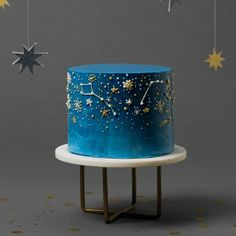 Night sky cake It's hard to beat a warm summer night spent stargazing, but this cake sure comes close! So once you put the telescope down, dig into this design that features a dark-blue ombre finish and the prettiest piped designs. Pretty Birthday Cakes, Pretty Cakes, Beautiful Cakes, Amazing Cakes, Blue Birthday, Funny Birthday, Chinese Moon Cake, Kreative Desserts, Galaxy Cake