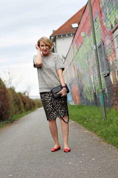 A fashion blog for women over 40 and mature women  Shirt: Zara Skirt: Norma Kamali Shoes: Repetto Bag: Chloé