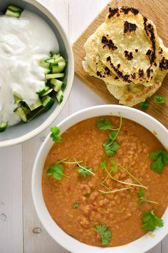 Dhal curry is een traditionele Indiase vegetarische curry met splitlinzen. Een voedzame, goedkope en gezonde maaltijd die ook nog eens geschikt is voor vegetariërs en veganisten. Benieuwd naar ons makkelijke recept? Klik snel door!
