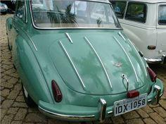 Esse aí é 1958. Foi o primeiro carro feito pela Vemag, que até 57 só fazia a peruinha