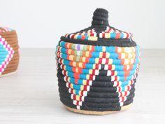 cesta de colores de lana y rafia. dar amïna shop. noretnic style deco