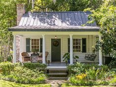 Charming Small Cottage House Exterior Ideas Cottage house plans yield shelters that are mainly for vacation. These types of shelters are warm, cozy and cater for one fami. Small Cottage House Plans, Small Cottage Homes, Cute Cottage, Small Cottages, Cabins And Cottages, Cottages And Bungalows, Small Cottage Interiors, Guest House Plans, Small Homes