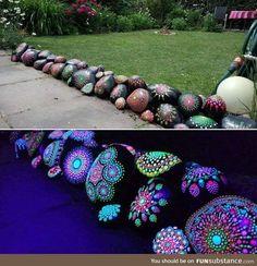 garden architecture Glow-in-the-dark Mandala Rock Painting Garden Yard Ideas, Garden Crafts, Garden Projects, Garden Bar, Patio Ideas, Diy Projects, Painted Garden Rocks, Painted Rocks, Glow In Dark Paint