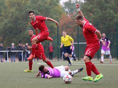 #Tim #Czekay (rechts) erobert den Ball, Mitspieler #Burak #Aktas & #Tolunay #Perktas warten auf das Abspiel. | 8. Spieltag Tennis Borussia vs. BAK 07 (Saison 14/15) - Ergebnis: 1:3 Auswärtssieg