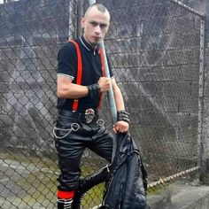 Paris Master into leather, rubber, skinheads. Posting pix of his turn ons and sharing some of his experiences with his in-training Boy M. Mode Skinhead, Skinhead Men, Skinhead Boots, Leather Fashion, Leather Men, Leather Pants, Leather Outfits, Skin Head, Punk