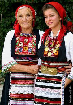 A Bulgarian woman wearing traditional clothing with a blessed bread Traditional Fashion, Traditional Dresses, Ukraine, Empire Ottoman, Folk Costume, Bulgarian, Ethnic Fashion, World Cultures, Beautiful Outfits