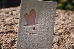 Druk typograficzny z tłoczeniem w kształcie orła na papierze bawełnianym o bogatej fakturze. Bogaty wzór tłoczonego elementu doprowadził do stworzenia niesamowitego wizualnie efektu.