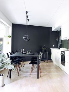 Hvit kjøkkeninnredning med svart vegg og spisestue Dining Room Table, Kitchen Dining, Kitchen Walls, Nordic Living, Black Kitchens, White Cabinets, Sweet Home, Girly, Furniture