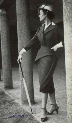 Elegant, beautifully curve hugging skirt suit by Lanvin-Castillo, 1951. #vintage #1950s #suits #fashion