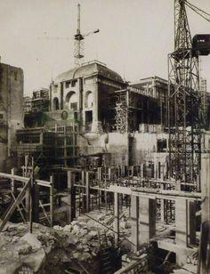 Construction du Palais de Chaillot, 1878. Paris Old Paris, Vintage Paris, Tour Eiffel, Old Pictures, Old Photos, Paris France, Monuments, Palace Of Versailles, Paris Cafe