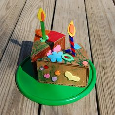 ikat bag: Cardboard Cake slices to decorate and ideas for different types of candles to make (template included) Cardboard Dollhouse, Cardboard Paper, Make Birthday Cake, 2nd Birthday, Indoor Crafts, Fun Crafts, Cake Slice Boxes, Cake Slices, Hot Dog Restaurants