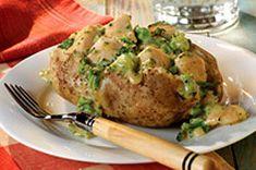 Donnez toute la place à la pomme de terre dans votre assiette.  Garnies de morceaux de poulet, de brocoli et de sauce au fromage, ces pommes de terre deviendront un favori de semaine.