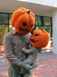 Some one yarn bombed this statue for Halloween, making them look like they are wearing fancy dress. This is really good and I like how it involves the statue more with the public. Halloween Yarn, Halloween Pumpkins, Halloween Costumes, Halloween Knitting, Creepy Halloween, Halloween 2020, Pumpkin Head, Baby In Pumpkin, Pumpkin Family