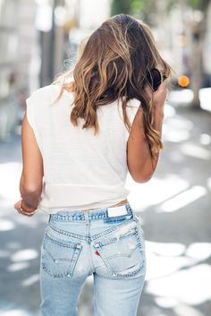 Marianna Hewitt shares with you a classic combo of vintage denim and a white tee that will stay in style for decades to come. Estilo Fashion, Look Fashion, Ideias Fashion, Fashion Beauty, Womens Fashion, Fashion Trends, Street Fashion, Looks Style, Looks Cool
