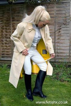 Don't you just love those leg straps ! Equestrian Girls, Equestrian Outfits, Equestrian Style, Hunter Outfit, Long Leather Coat, Rubber Raincoats, Raincoats For Women, Rain Wear, Perfect Woman