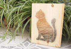 Cuadro de madera con clavos e hilo