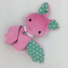 She flies in the night and sleeps by day … Bat Fenja. Bat Fen … - Diy And Crafts Projects Pet Toys, Baby Toys, Sewing Tutorials, Sewing Patterns, Aqua Rose, Sock Toys, Simple Shapes, Softies, Diy For Kids