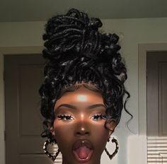 Faux Locs Hairstyles, Baddie Hairstyles, Black Girls Hairstyles, Trendy Hairstyles, Popular Hairstyles, Dark Skin Makeup, Dark Skin Beauty, Hair Makeup, Hair Beauty