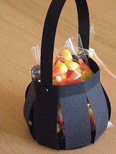 10 Easy DIY Halloween Treat Bags for Kids to take Trick o Treating - - Need the perfect bag to store all that candy? Check out these easy DIY Halloween Treat Bags for kids to make and take Trick o Treating with their friends! Halloween Taschen, Dulceros Halloween, Bonbon Halloween, Halloween Candy Bags, Diy Halloween Treats, Halloween Baskets, Halloween Paper Crafts, Adornos Halloween, Manualidades Halloween