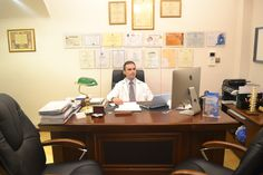 Ο νευροχειρουργός Γεώργιος Δημογέροντας στο γραφείο του ιδιωτικού του ιατρείου, Νίκου Καζαντζάκη 10, Χαϊδάρι - ΤΚ. 12461