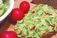 Na hrubo nastrouhaná mladá cuketa, kterou poté, co se odleží, smícháme se strouhaným sýrem, chilli papričkou, olivovým olejem a česnekem.