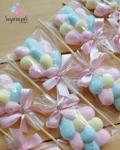 A imagem pode conter: comida Baked Meringue, Meringue Kisses, Meringue Cookies, Pink Rose Flower, Mini Craft, Ice Cream Party, Baby Shower Balloons, Cute Cakes, Cute Food