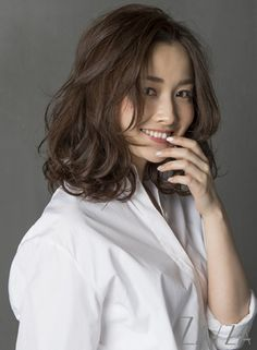 Believe it or not, but wavy hair looks much more attractive than straight hair. Medium Short Hair, Short Hair With Bangs, Wavy Hair, Medium Hair Styles, Curly Hair Styles, Korean Perm Short Hair, Digital Perm Short Hair, Thick Hair, Medium Permed Hairstyles