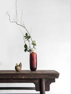 Vasen erzeugen den extra WOW-Effekt für deinen Tisch, vorallem unsere! #vase #möbel #möbeldesing #inneneinrichtung #einrichtungsideen #vasen #interiordesignideas #esszimmerideen #esszimmereinrichtung Interior Photo, Decor Interior Design, Interior Decorating, Decorating Ideas, Wabi Sabi, Ikebana, Feng Shui, Luxury Mediterranean Homes, Mediterranean Design
