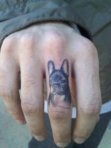 tattoo de un frenchie en el dedo
