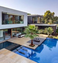Everyone loves luxury swimming pool designs, aren't they? We love to watch luxurious swimming pool pictures because they are very pleasing to our eyes. Now, check out these luxury swimming pool designs. Future House, Moderne Pools, Swimming Pool Designs, Modern House Design, Style At Home, Luxury Real Estate, Luxury Life, Home Fashion, Fashion Tag
