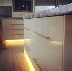 Brushed gold bar pulls provide a warm contrast to high gloss acrylic PARAPAN drawer fronts. by Pro Design Custom Cabinetry Contemporary Design, Modern Design, Outdoor Kitchen Design, Solid Surface, Custom Cabinetry, Drawer Fronts, High Gloss, Entryway Tables, Drawers