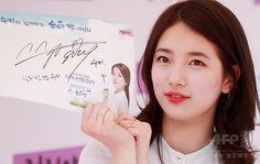 韓国・ソウルの大手スーパー「イーマート(E-mart)」聖水(Seongsu)店で行われたファンサイン会に臨む、ガールズグループ「Miss A」のスジ(2015年5月7日撮影)。(c)STARNEWS ▼15May2015AFP|「Miss A」のスジ、ファンサイン会開催 ソウル http://www.afpbb.com/articles/-/3048731 #Miss_A_Suzy #미쓰에이_수지 #Bae_Sue_ji #Bae_Suzy #배수지 #裵秀智