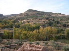 Para hoy sábado os dejo esta fotografía de nuestro pueblo con los chopos cambiantes de color verde al amarillo