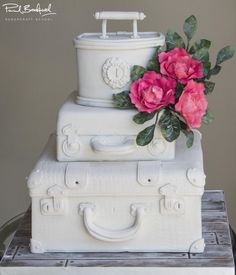 White Vintage Suitcase - Cake by Paul Bradford Sugarcraft School Luggage Cake, Suitcase Cake, Cake Decorating Courses, Cake Decorating Tutorials, Floral Wedding Cakes, Elegant Wedding Cakes, Amazing Wedding Cakes, Amazing Cakes, Beautiful Cakes