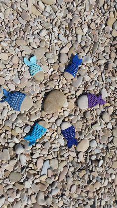 So viele schöne Steine kann ich nicht ungenutzt liegen lassen. Mit Häkelnadel und Garn werden daraus schöner Fische. Stone, Outdoor Decor, Home Decor, Beautiful Fish, Beautiful Rocks, Pool Chairs, Threading, Diy, Nice Asses